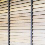 Żaluzje drewniane do salonu – pomysły i inspiracje