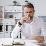 Woda dla pracowników w czasie upałów – obowiązki pracodawcy